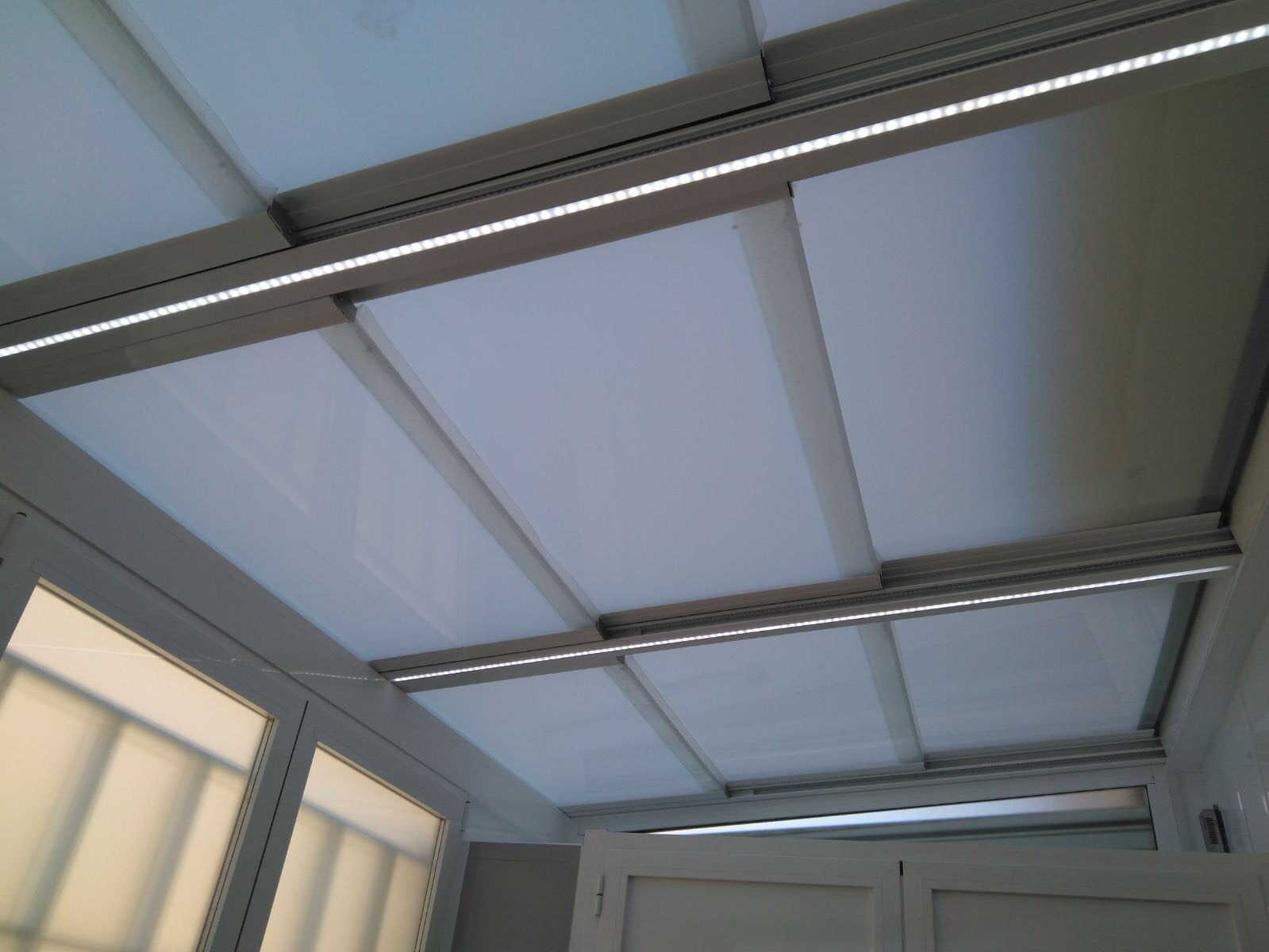 Instalaci n techo m vil de cristal con luces interiores for Luces interiores
