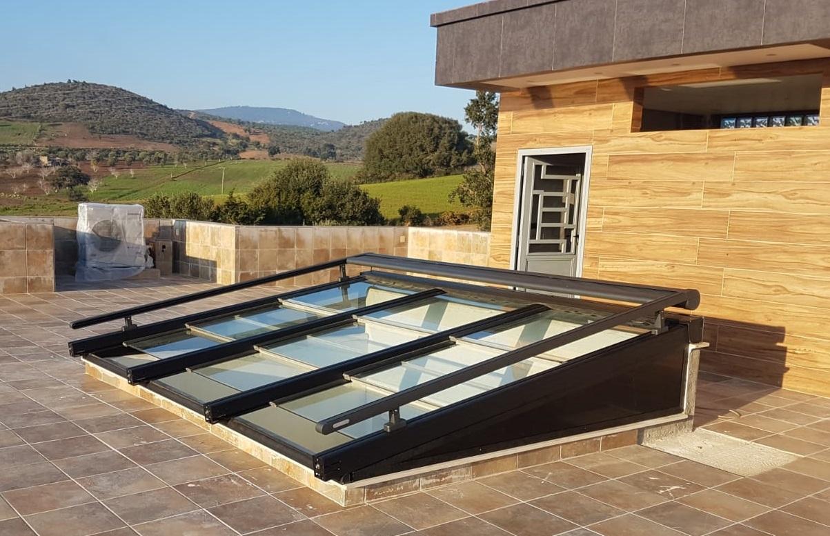 Instalación techo móvil de cristal con toldo veranda. Málaga