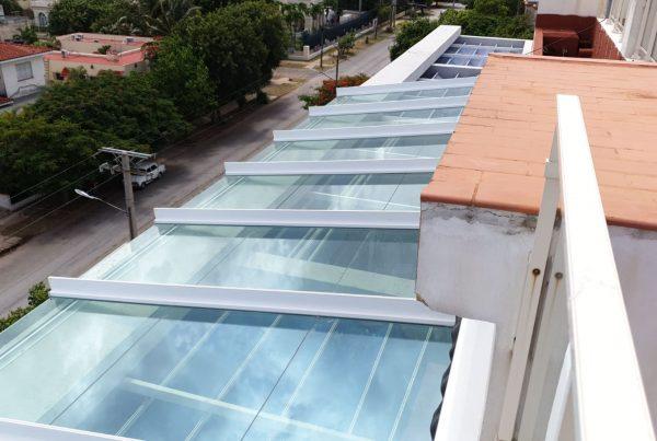Instalación techo fijo de cristal. Cuba